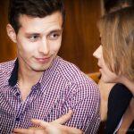 молодой человек говорит по-французски