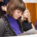 девушка читает день переводчика