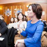 девушка в голубом платье переводчик