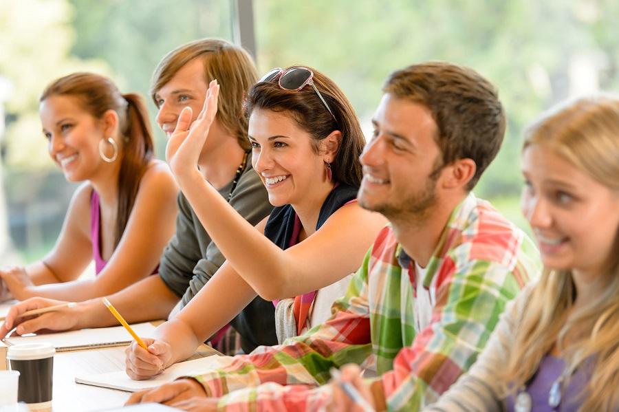 молодые люди на занятиях французским